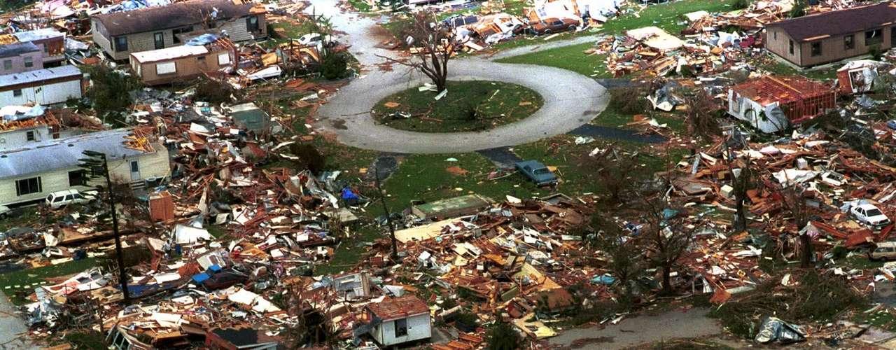 Max Mayfield, exdirector del Centro Nacional de Huracanes (CNH) de Estados Unidos, dijo recientemente a los medios que si algo ha aprendido, \