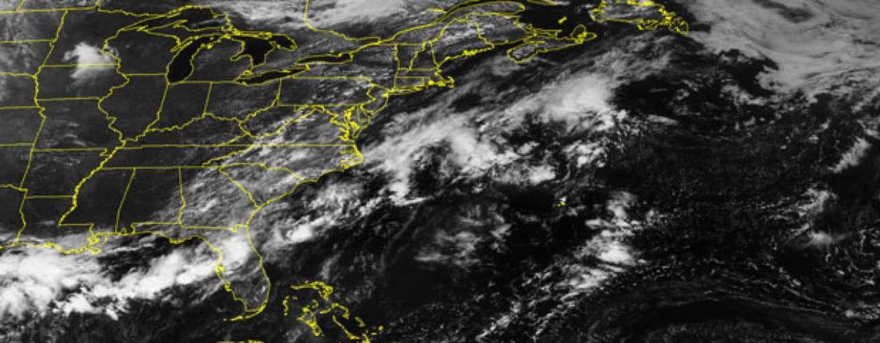 Isaac también podría amenazar los intereses energéticos de Estados Unidos en el Golfo de México, dijeron expertos en clima. El fenómeno se ubicaba a unos 425 kilómetros al sureste de San Juan, Puerto Rico, la madrugada de este jueves, informó el Centro Nacional de Huracanes (CNH) de Estados Unidos.