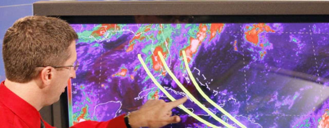 Modelos computacionales mostraban que la tormenta avanzaría en dirección oeste-noroeste por sobre la isla el viernes, lo que representa un grave riesgo de deslizamientos de tierra en las laderas desnudas de Haití.