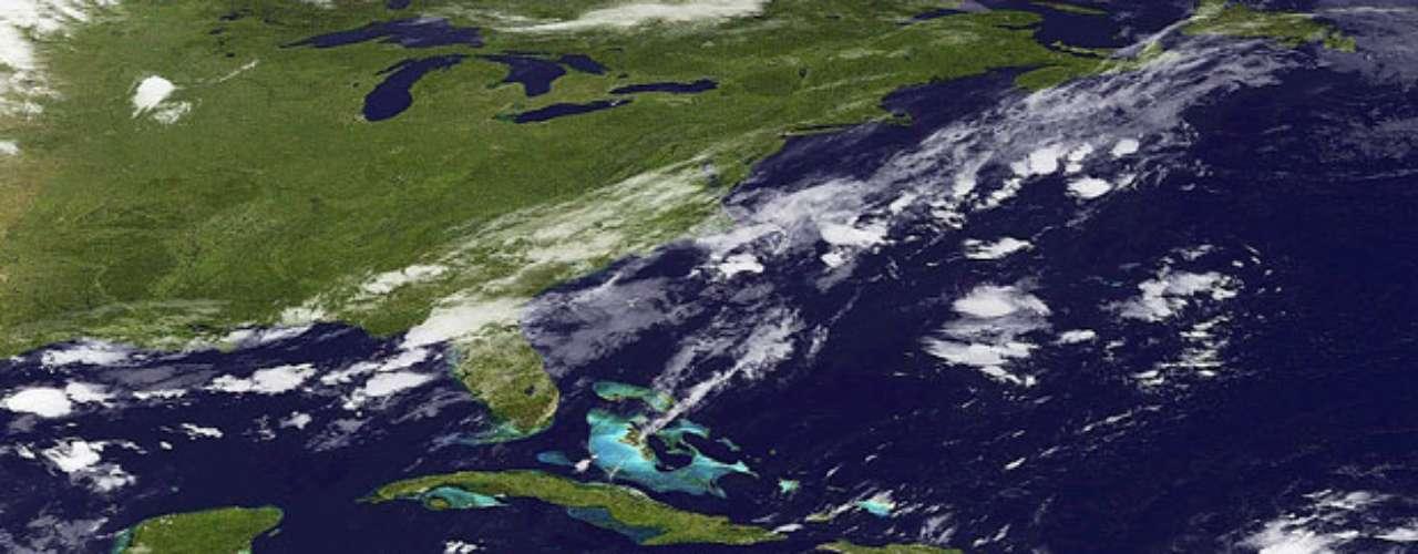 En la cuenca atlántica también permanece activo otro frente, la décima depresión tropical de la temporada, que, con vientos máximos sostenidos de 55 kilómetros por hora, no supone amenaza alguna porque avanza hacia el oeste-noroeste sobre el Atlántico central a unos 26 kilómetros por hora. Se espera que esta tarde o el viernes se convierta en tormenta tropical. (Fuentes: Reuters y EFE)