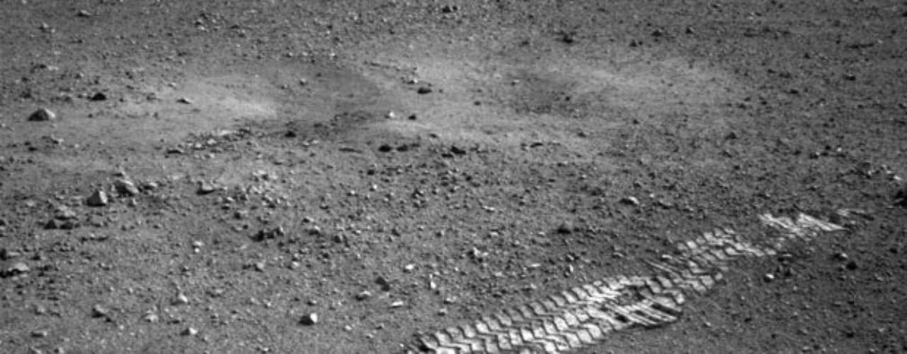 Theisinger precisó que el Curiosity se desplazó aproximadamente 4,5 metros la madrugada del miércoles desde el lugar donde se había posado y realizó varios giros de entre 90 y 180 grados sobre la superficie de Marte, en los que no reportó ningún problema de funcionamiento.