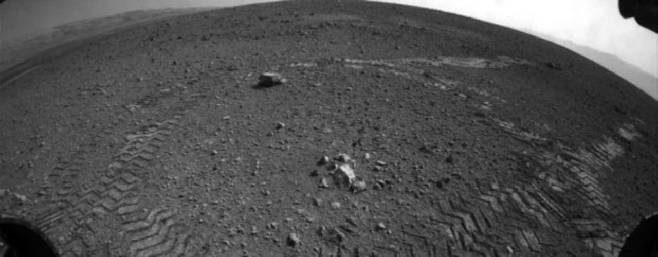 En total, el explorador necesitó cerca de 16 minutos, y le permitió enviar, además, nuevas fotografías en blanco y negro, entre ellas las que documentan las \