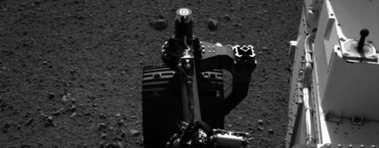 Los científicos de la NASA prevén utilizar el sistema de toma de muestras en las próximas semanas, ubicado sobre el brazo de 2,1 metros de largo que incluye una cámara, un taladro, un espectrómetro y está diseñado para realizar el tamizado de muestras de polvo de roca y tierra con un recogedor especial.
