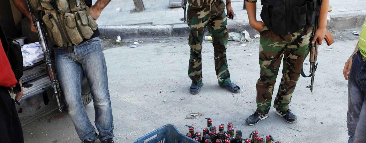 Cócteles molotov preparados por los rebeldes sirios para utilizarlos en los combates contra el ejército nacional sirio.