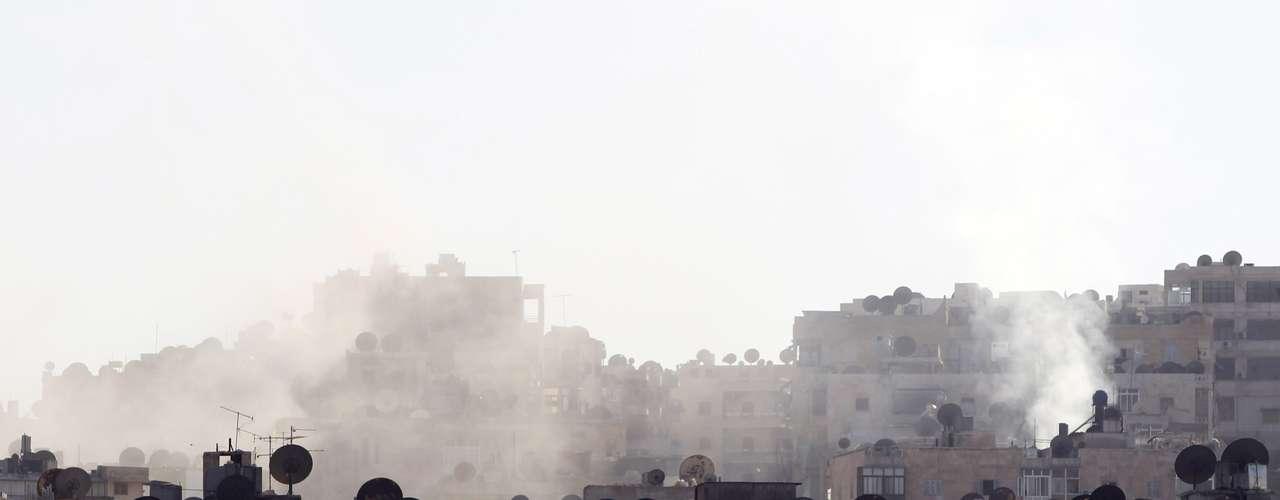 El humo se eleva entre las casas del barrio de Seif El Dawla, en Alepo, tras un bombardeo. Amnistía Internacional ha denunciado hoy la \