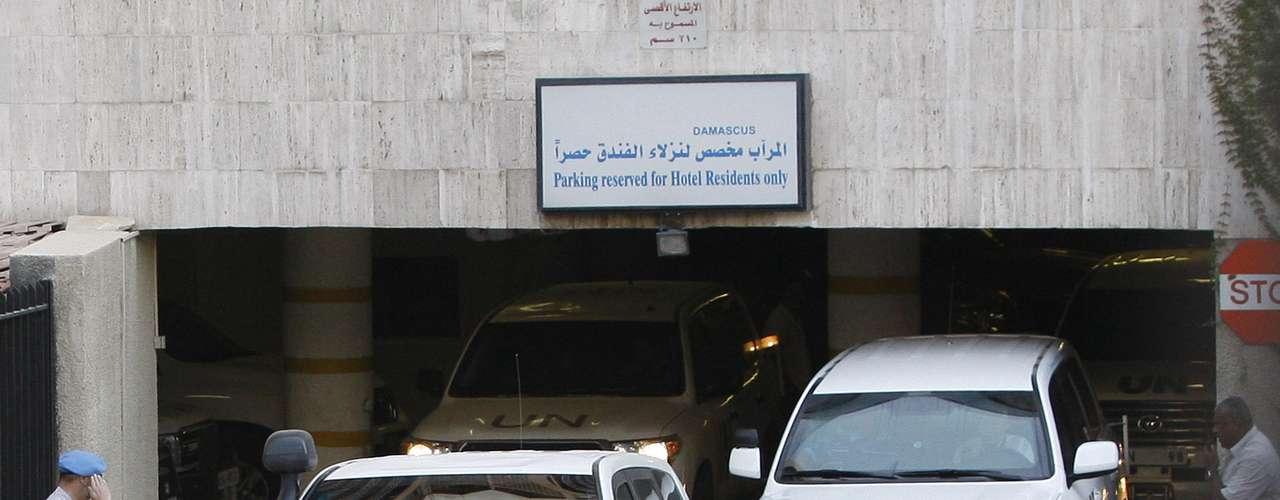 El convoy de vehículos de la ONU abandona el hotel Dama Rose de Damasco donde han estado hospedados durante su misión en una imagen de hoy, jueves 23 de agosto.