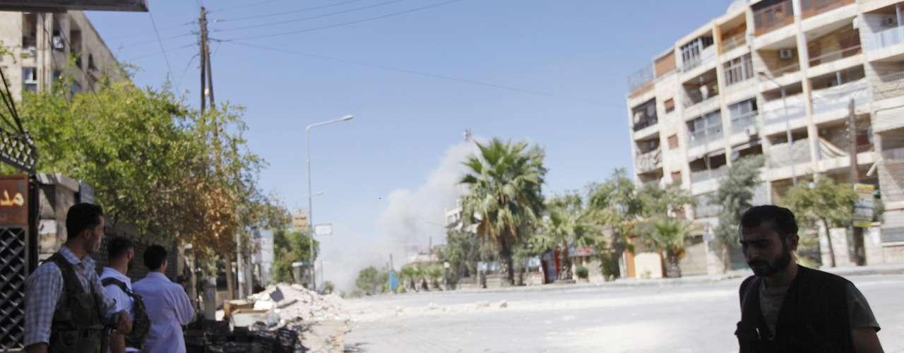Un puesto de ametralladora del Ejército Sirio de Liberación controla el paso de una calle del distrito Saif al-Dawla, en Alepo.