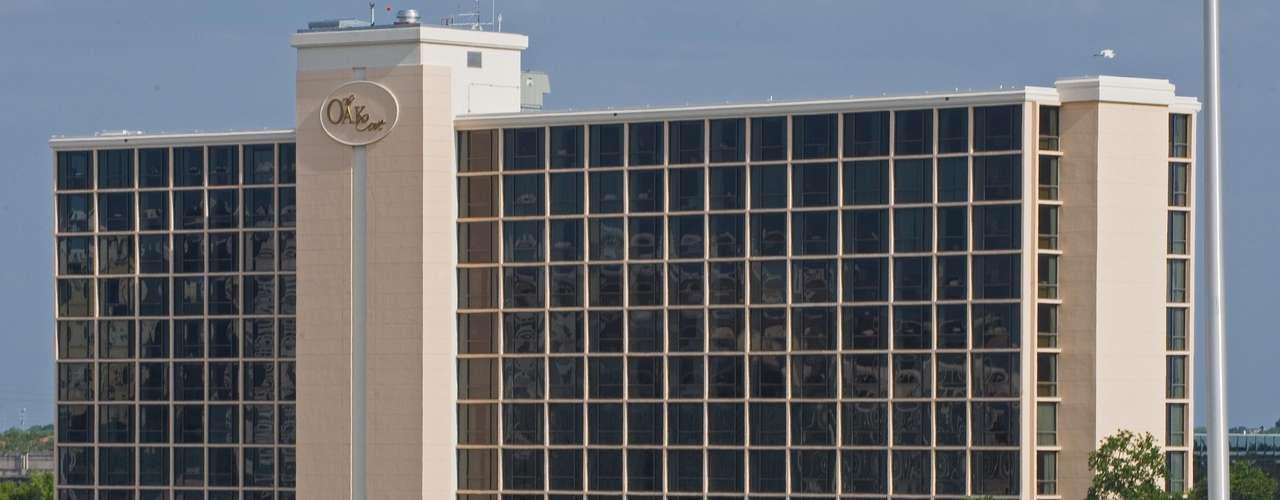 Su economía se nutre de diferentes fuentes. La industria de seguros, de transporte por aire y mar, los bienes raíces, el deporte y el turismo aportan al fisco de la ciudad. Además, muchas empresas de telecomunicaciones y bancarias tienen su sede en Tampa, entre otras grandes compañías destacadas por la revista Fortune.