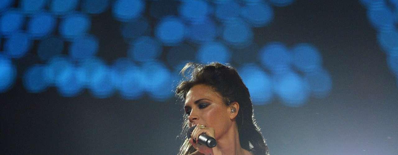 Victoria Beckham hizo su regreso triunfal a la música de la mano de las Spice Girls, en la clausura de los Juegos Olímpicos Londres 2012. La cantante lució más sexy que nunca en esta presentación, cubriendo su delicada piel con un ajustado vestido negro que delineaba perfectamente su figura.