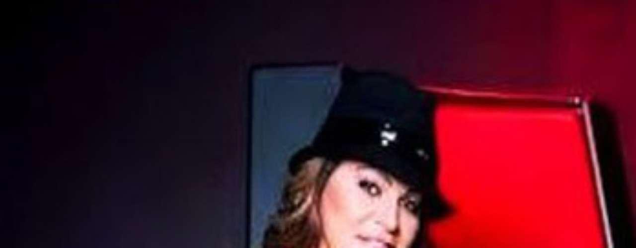 Al parecer, el esposo de Jenni Rivera, Esteban Loaiza, no tiene problema alguno con que ella aparezca desnuda en revistas para caballeros, según informa el sitio LaBotana.com.