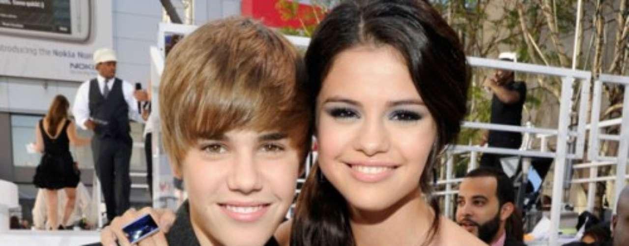8. Justin Bieber y Selena Gómez. Sin haber cumplido los 21 años de edad, la pareja adolescente del momento ha vendido 11.2 millones de copias en todo el mundo.