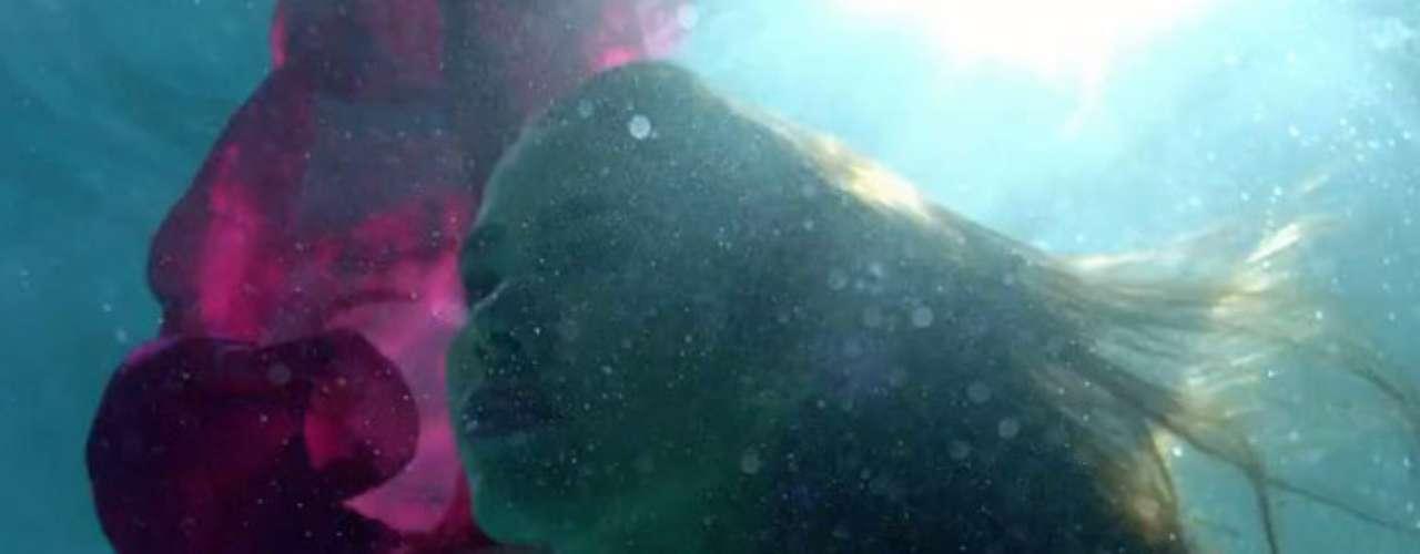 El videoclip, donde predomina la belleza de la mujer, apoya la difusión del segundo sencillo promocional del álbum \