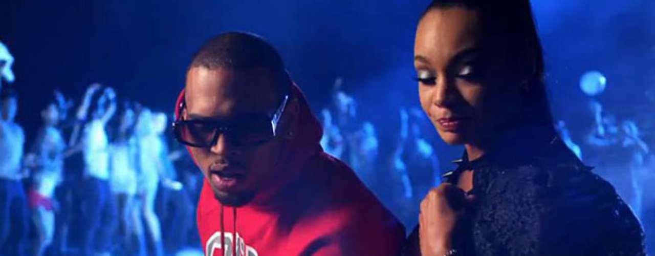 Chris Brown la pasó genial sentado con una morenaza, mientras transcurre la \