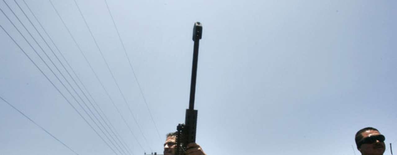 La disputa por el liderazgo también pudo causar que personajes regionales menos prominentes salieran y se rebelaran, dijeron analistas y autoridades. Los analistas indican que un líder local de Los Zetas en el vecino estado de Zacatecas, llamado Iván Velázquez Caballero, alias \