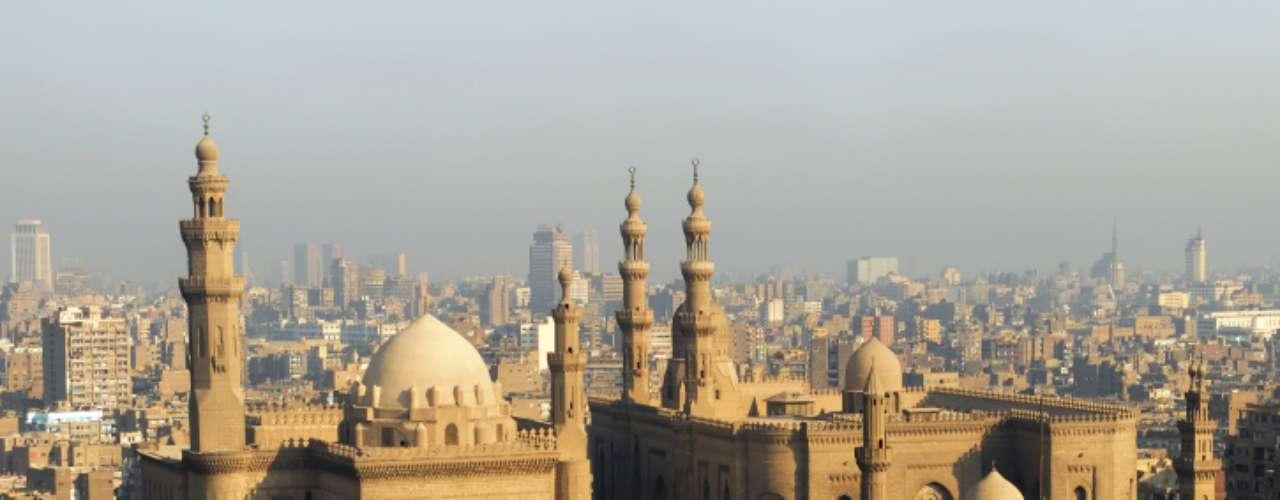 El Cairo es la ciudad más grande de África y una de las más importantes del mundo. Debido a su ubicación a orillas del río Nilo, recibe mucha humedad, pero también mucho calor del desierto.