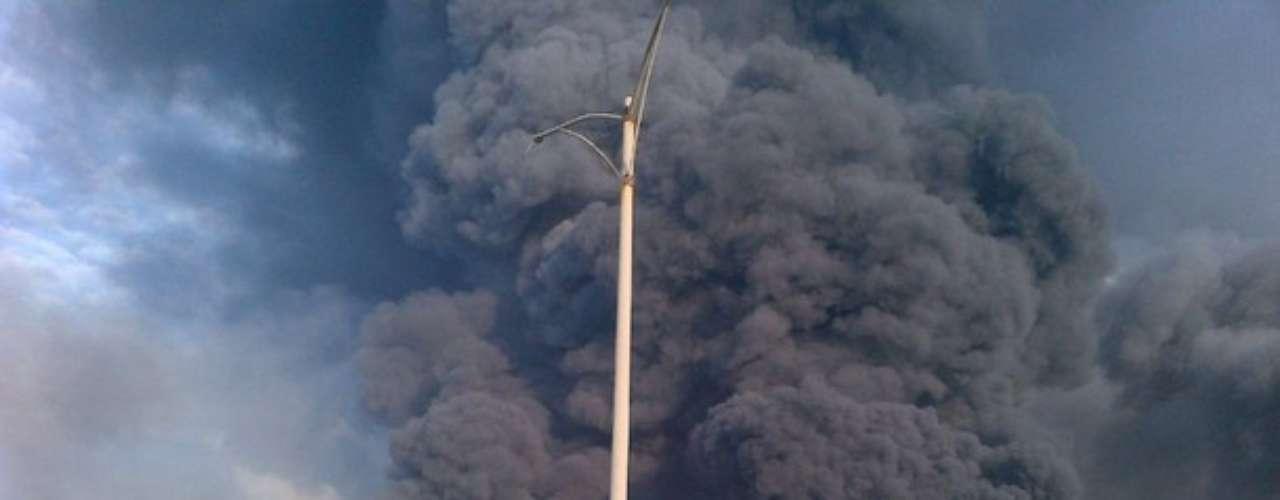 La refinería de Amuay, una de las tres que integran el Centro Refinador de Paraguaná (CRP), uno de los más grandes del mundo, vivió hoy una jornada trágica después de que una fuga de gas provocara una explosión alrededor de la 1.00 hora local (5.30 GMT) dejando destrozos y derrumbes en viviendas de los alrededores.