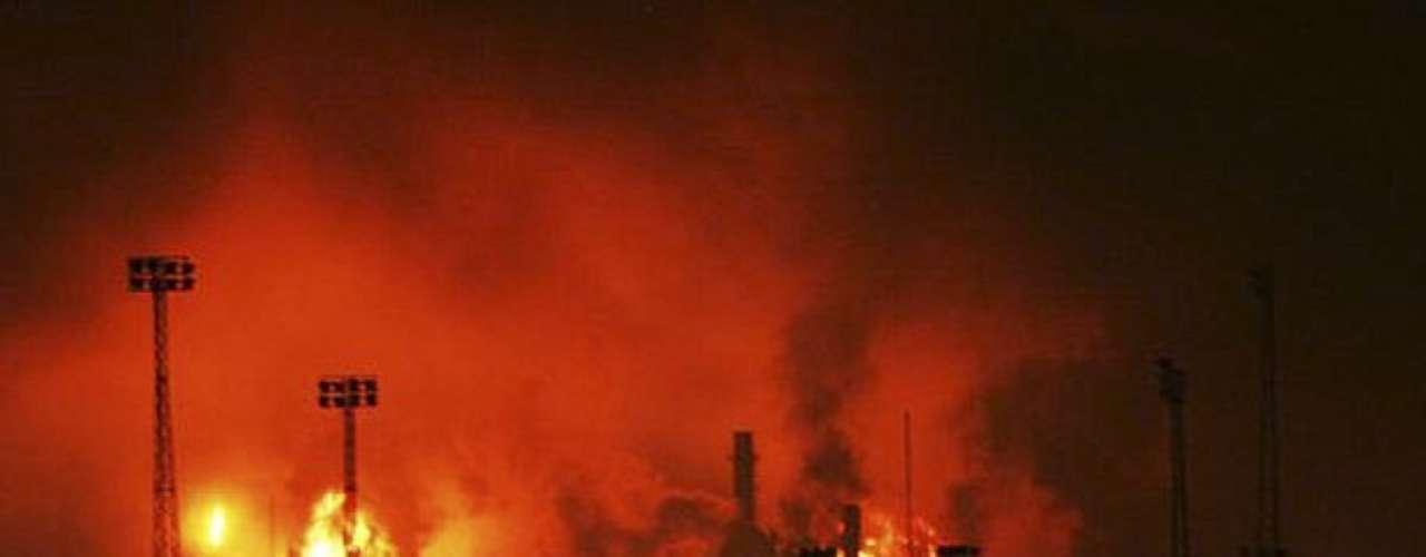 El ministro de Petróleo y Minería, Rafael Ramírez, señaló que la explosión se produjo debido a una fuga de gas, por motivos que aún se desconocen. Esa gas se acumuló generando una \