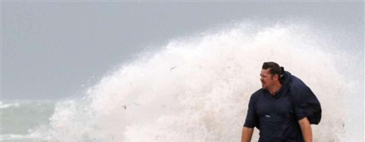 Isaac tomó un vigor renovado gracias a las aguas cálidas del estrecho de Florida, después de causar estragos en Cuba, República Dominicana y Haití, donde pasó como tormenta tropical.
