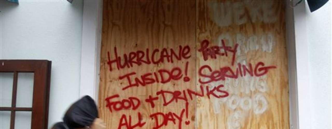 Isaac provocó el sábado el derrumbe total o parcial de unas 50 viviendas en la ciudad de Baracoa (Cuba), a unos 900 kilómetros al este de Miami. También hubo interrupción parcial o total de los servicios eléctricos y telefónicos en varias zonas de la isla.