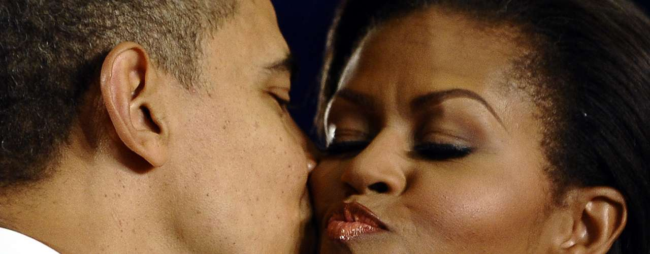 Entre besos, apretones y miradas hay demostraciones más tiernas como esta el 13 de diciembre de 2010. Antes de firmar la ley, Healthy, Hunger-Free Kids Act of 2010, el presidente besó a Michelle.
