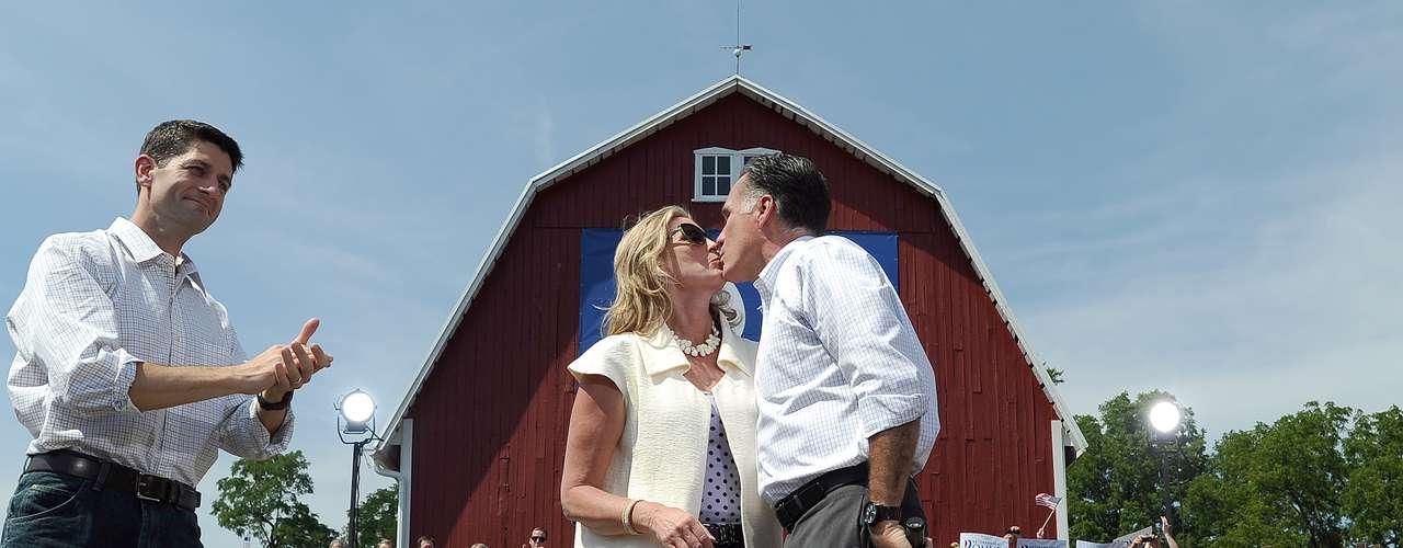 Pero, Romney también nos salió besucón. En esta foto del 24 de agosto de 2012 besa a su esposa Ann, durante el acto para presentar a su compañero de fórmula Paul Ryan.