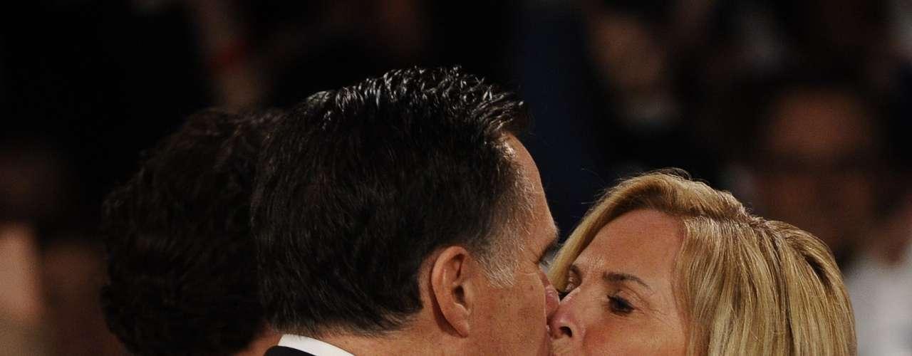 Romney ha dado y recibido innumerables besos públicos durante la campaña a la presidencia como este para celebrar el triunfo de las primarias de New Hampshire, el pasado 10 de enero.