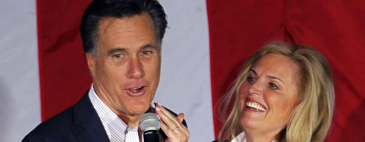 ¡Oops! Se le quedó un poco de lápiz labial a Romney después de que su esposa le dio un beso durante un acto político en Zanesville, Ohio, el pasado 5 de mayo. ¡Así es el amor!