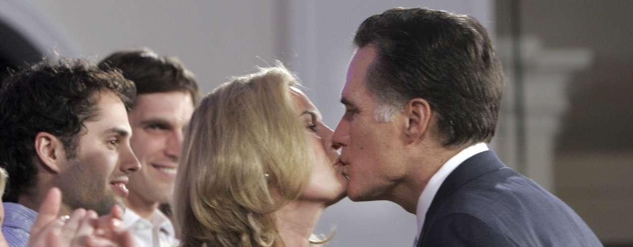 Pero los besos entre Romney y su espsosa no son de ahora. Aquí se les ve muy cariñosos durante un evento en St. Petersburg, Florida, el pasado 29 de enero de 2008, año en que perdió la nominación ante John McCain.