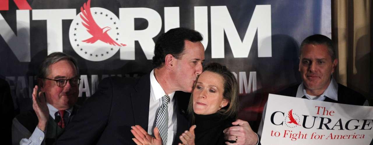 Y durante las primarias de Manchester, New Hampshire, el 10 de enero de 2012, Santorum se apoyó en su esposa ante la expectativa. Esa primaria la ganó Romney.