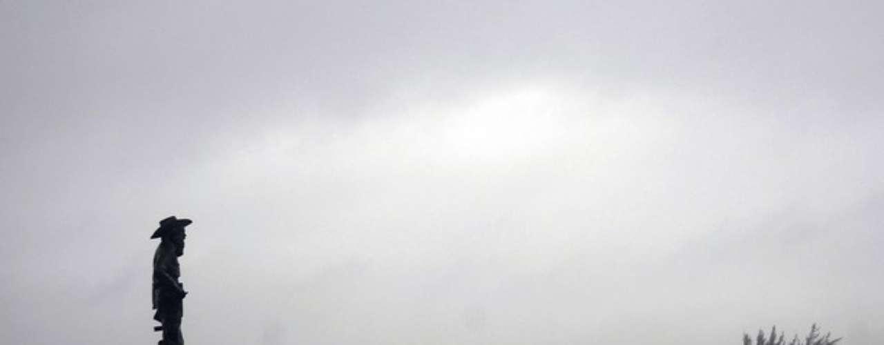 En Gibara, provincia de Holguín, la gente se acercaba al Malecón para observar el fuerte oleaje causado por Isaac