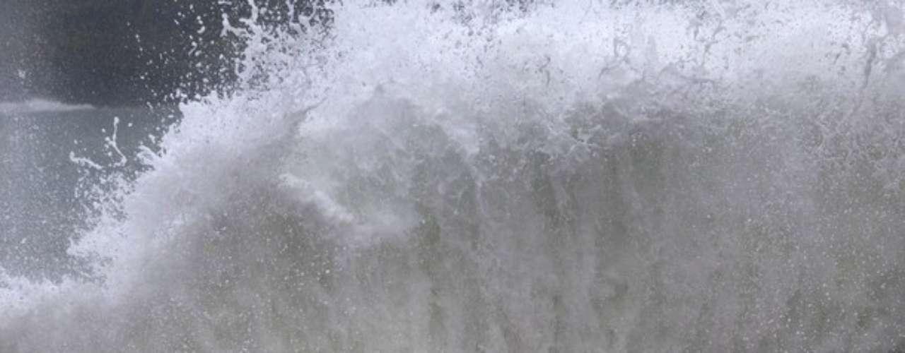 Ni los muros pudieron porteger el Malecón de Baracoa. Algunos trataban de escapar del fuerte oleaje causado por Isaac.