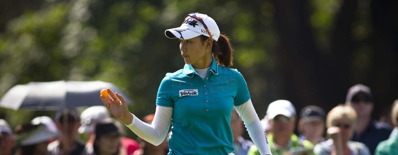Chella Choi of South Korea waves to the crowd after sinking a par putt on the 9th hole during the final round of the LPGA Canadian Women's Open golf tournament in Coquitlam, British Columbia August 26, 2012. REUTERS/Ben Nelms (CANADA - Tags: SPORT GOLF)