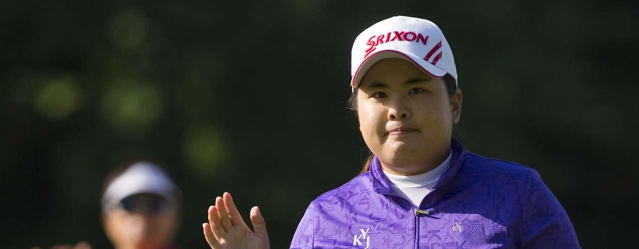 Inbee Park of South Korea waves to fans after sinking par on the 5th hole during the final round of the LPGA Canadian Women's Open golf tournament in Coquitlam, British Columbia August 26, 2012. REUTERS/Ben Nelms (CANADA - Tags: SPORT GOLF)