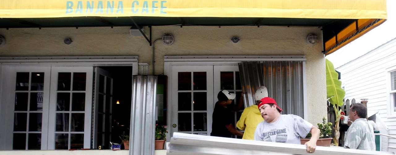 En Key West, operarios instalaban antitormentas para proteger los establecimientos durante la mañana del domingo. Y es que los residentes de Florida han aprendido de los errores del pasado. El gobernador del estado, Rick Scott, decretó el sábado el estado de alerta con el fin de movilizar todos los recursos de Florida.