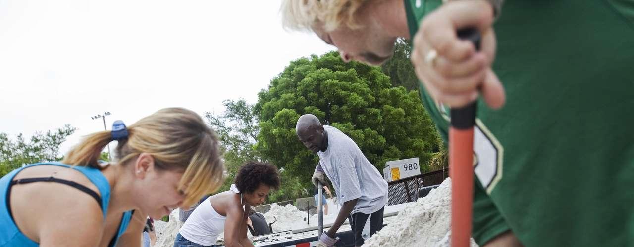 En St. Pete Beach y otras zonas de la Florida se repartieron bolsas de arena para que los ciudadanos protegieran sus hogares en zonas con riesgo de inundación.