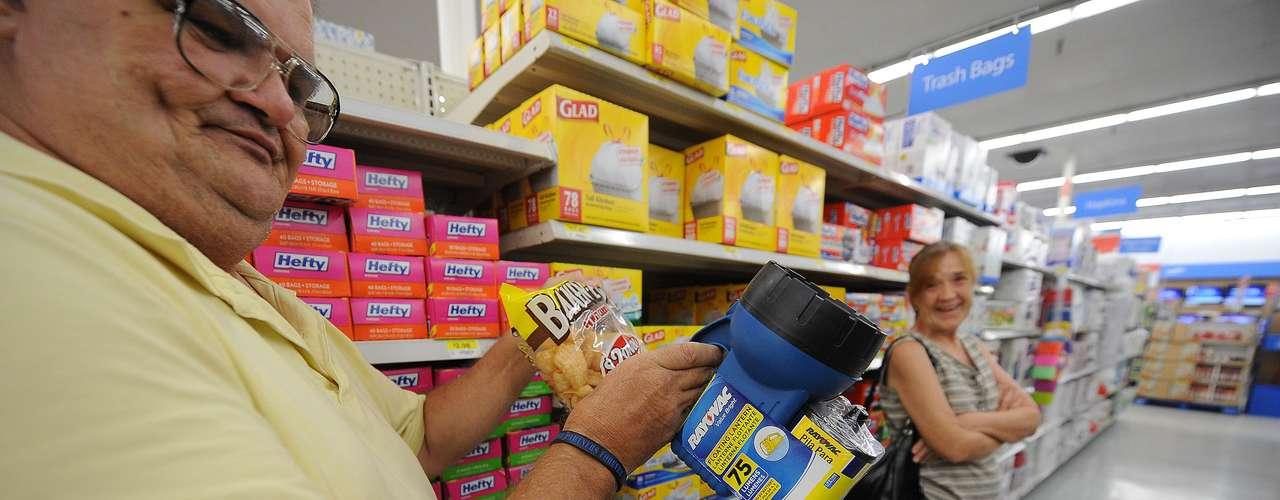 Los habitantes de Florida se lanzaron a los mercados para abastecerse de alimentos y productos de primera necesidad.