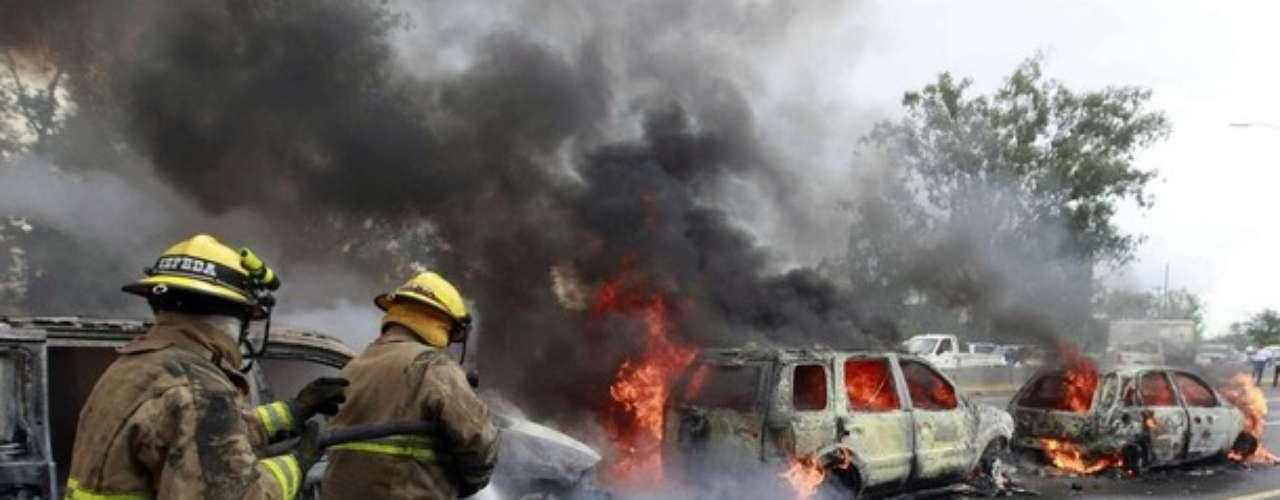 Los bomberos de Guadalajara apagaron los carros quemados y ayudaron a controlar la situación