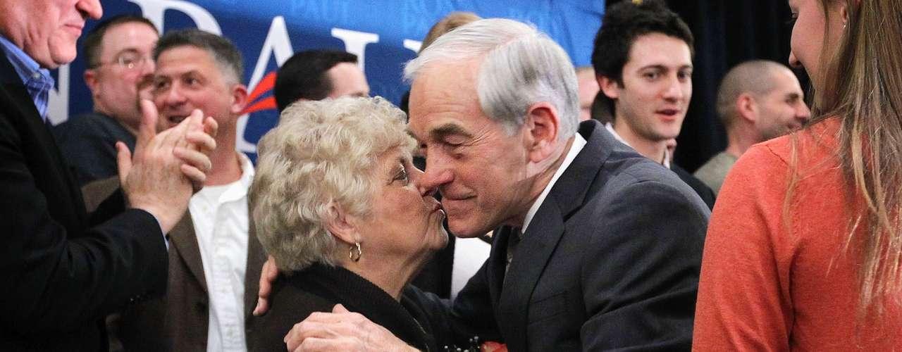 Aquí se observa a su esposa Carol dándole un beso muy tierno durante las primarias de Virginia, el 28 de febrero.