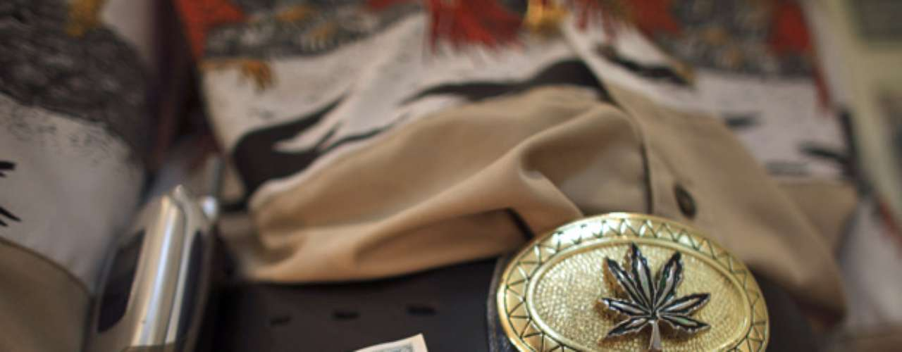 Toda una vida de lujos y excentricidades es la que viven los narcos en México. Tal vez sea para proyectar su poder o el gusto por las cosas caras y ostentosas. Propiedades, sitios insólitos, animales, vestimenta y armas bañadas en oro. Conoce más del derroche de dinero del narco en objetos inimaginables: