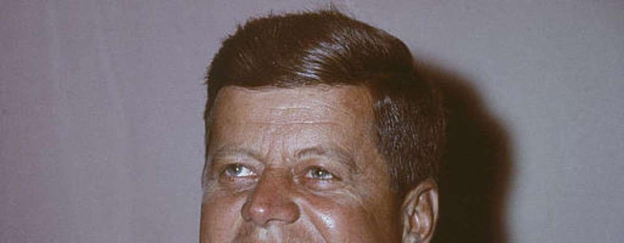 John Kennedy es quizás el político más apuesto de todos los tiempos, en todo el mundo. Aún hoy continúan conociéndose romances de sus días como mandatario. La belleza de JKF era tal que se hubiera destacado en cualquier otro aspecto fuera de la política. Kennedy tuvo una relación con una becaria de 19 años mientras era presidente, y mantuvo encuentros secretos con ella durante la crisis de Cuba en el avión Air Force. También tuvo una relación con Marilyn Monroe, por citar algunas de las que salieron a la luz.