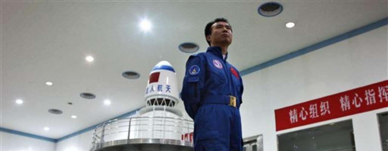 Pekín avanza en paralelo a gran velocidad en un programa para dotarse de una estación orbital permanente. El pasado mes de junio la misión Shenzhu IX permitió a China probar su capacidad en los amarres espaciales, etapa esencial en la conquista del espacio. En esa ocasión, por primera vez una mujer se hallaba a bordo de un cohete puesto en órbita.