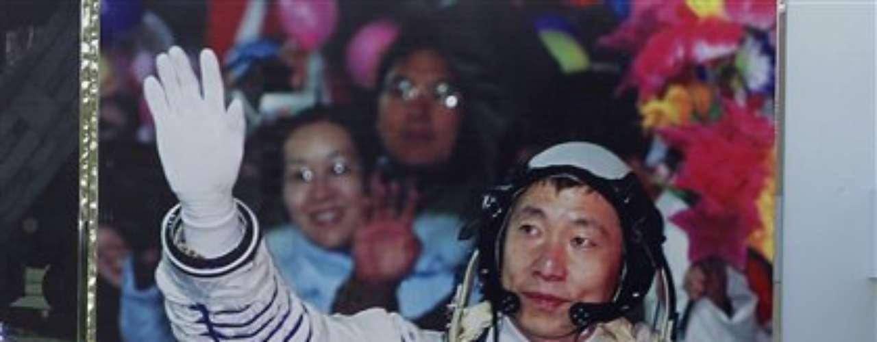 La próxima etapa está prevista en 2013: la misión Chang'e-3 debería incluir el alunizaje de un módulo encargado de efectuar análisis científicos. Será el primer alunizaje de la historia de China, que busca afirmarse como miembro del muy cerrado club de las grandes potencias espaciales.