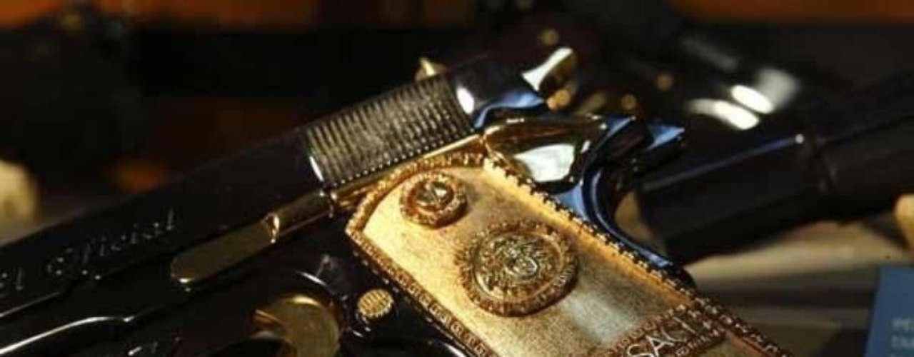Esta pistola calibre 0.38 Súper con cachas doradas y el símbolo de Versace perteneció al narcotraficante Héctor Manuel Sauceda Gamboa, operador del cártel de 'Cárdenas Guillen'.