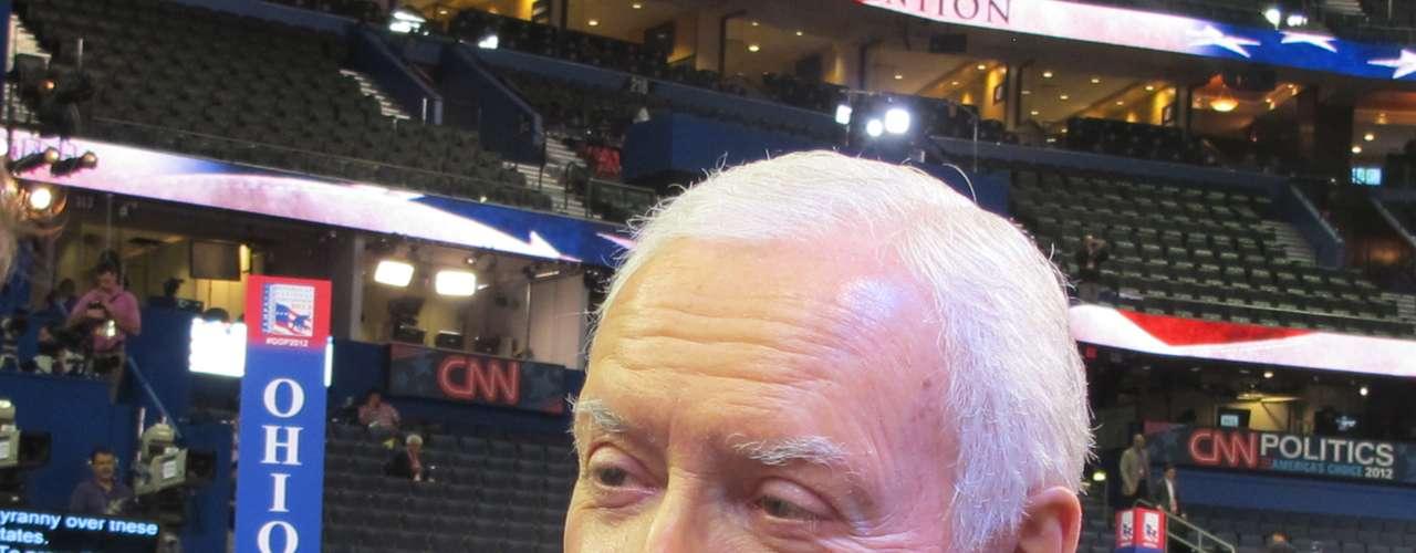 Hatch habló con allegados del partido y hasta se reencontró con familiares en el piso de la Convención.