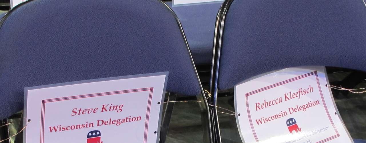 Cada delegado tiene su asiento designado.