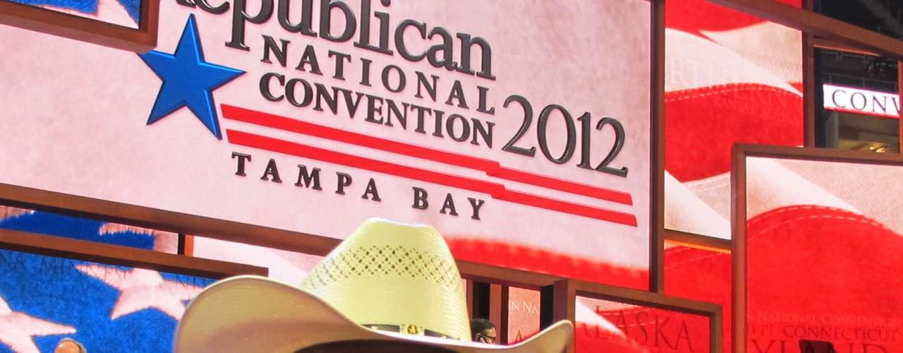 Como este delegado de New York, quien bien a la usanza republicana, trajo su sombrero de cowboy.
