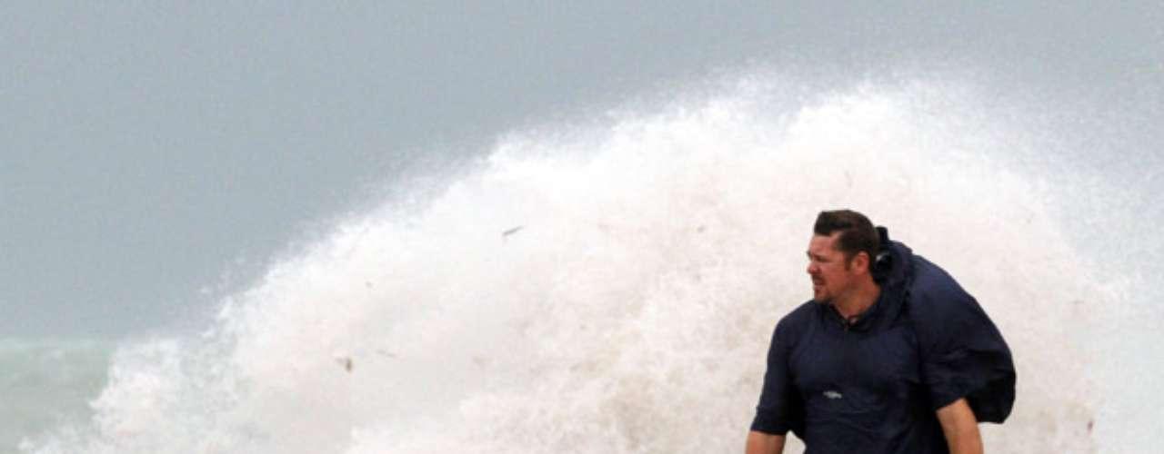El centro alertó del riesgo de inundaciones por los importantes aguaceros que puede provocar el huracán y precisó que Isaac ha encauzado mejor su trayectoria.