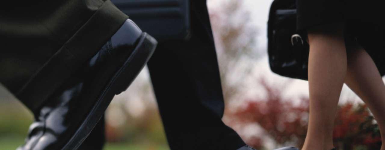 Pasos cortos: Puede indicar dificultad para alcanzar el orgasmo, osteoartritis y el acortamiento de músculos de las piernas debido al uso de saltos altos. Si la persona no consigue dar pasos amplios, es posible que sufra de osteoartritis en las caderas. Además los  tendones y gemelos rígidos pueden estar comprometidos por el uso frecuente de zapatos de tacones altos. Otra posibilidad es la de evitar los problemas de rodilla si las piernas están totalmente estiradas a la hora de caminar, acortando los pasos. Además de eso, una investigación publicada en el Journal of Sexual Medicine, realizada por médicos de Bélgica y Escocia, apunta que los músculos pélvicos sin elasticidad están conectados a bloqueos sexuales y que las mujeres que daban pasos más anchos alcanzaban orgasmos con más facilidad.