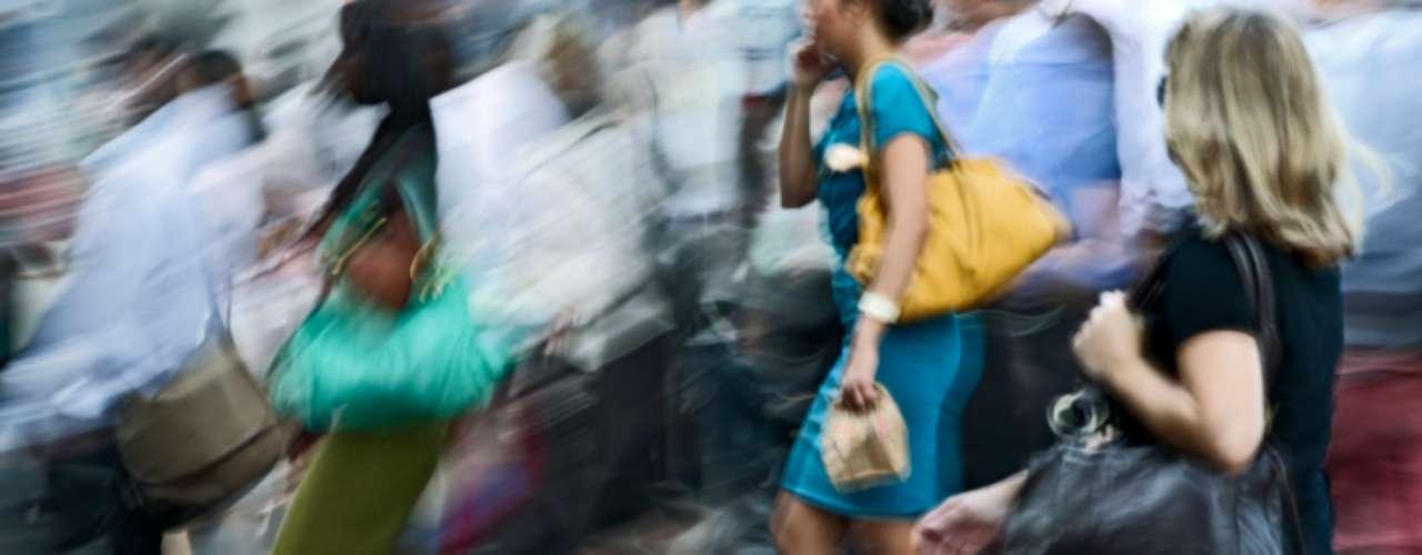 Pisar con fuerza: Puede indicar deficiencia de vitamina B12, diabetes descontrolada. Cuando los pies tocan el suelo, envían un mensaje al cerebro, permitiendo que sepamos la altura correcta para levantarlos. Personas que presentan pérdida de sensibilidad, causada por la deficiencia de vitamina B12, suelen exagerar en esos movimientos y pisan con más fuerza en el suelo. Una diabetes no tratada también puede provocar esa falta de sensibilidad.
