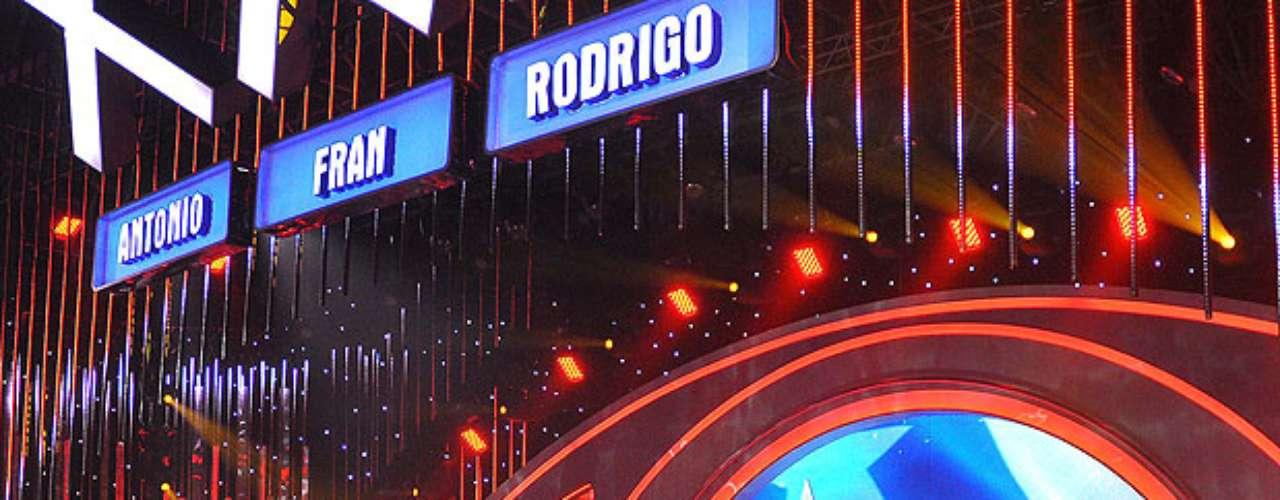 Este lunes se vivió la primera gala de Talento chileno, el espacio de Chilevisión conducido por Rafael Araneda. Diez fueron los números escogidos para presentarse nuevamente frente al jurado conformado por Rodrigo Díaz, Francisca García-Huidobro y Rodrigo Díaz, pero solamente dos fueron los premiados a seguir en competencia: La gitana Rosa Soto y el grupo de baile Monstarz. Revisa acá las mejores imágenes de la noche.